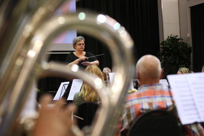 Elise Wiendels tijdens de repetitie voor Maestro Hengelo.