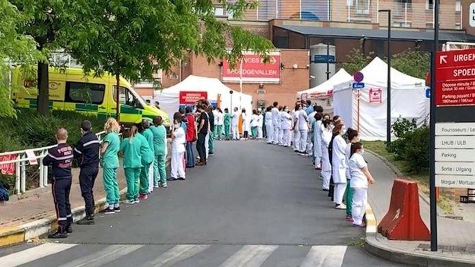 Le personnel de l'hôpital Saint-Pierre de Bruxelles avait tourné le dos à la Première ministre Sophie Wilmès. En cause, des arrêtés royaux sur la réquisition du personnel soignant et la possibilité de confier des actes infirmiers à du personnel non infirmier.