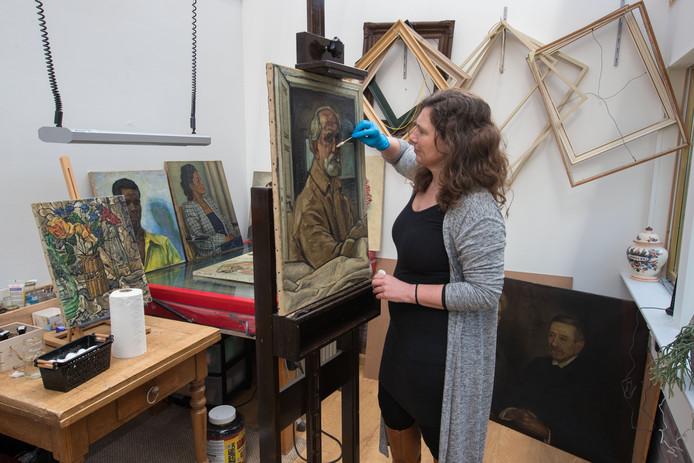 Christine Riezebos uit Wilsum is restaurateur van schilderijen. Ze  moet voor een tentoonstelling in Harderwijk een serie schilderijen restaureren en opknappen van Vilmos Huszár.
