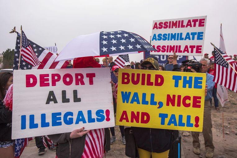 Trump had eerder het voortbestaan van DACA nog als tegenprestatie beloofd als congresleden ermee akkoord gingen om fondsen vrij te maken voor zijn befaamde grensmuur met Mexico. Op de foto een pro-Trump en anti-migratiebijeenkomst in San Diego.