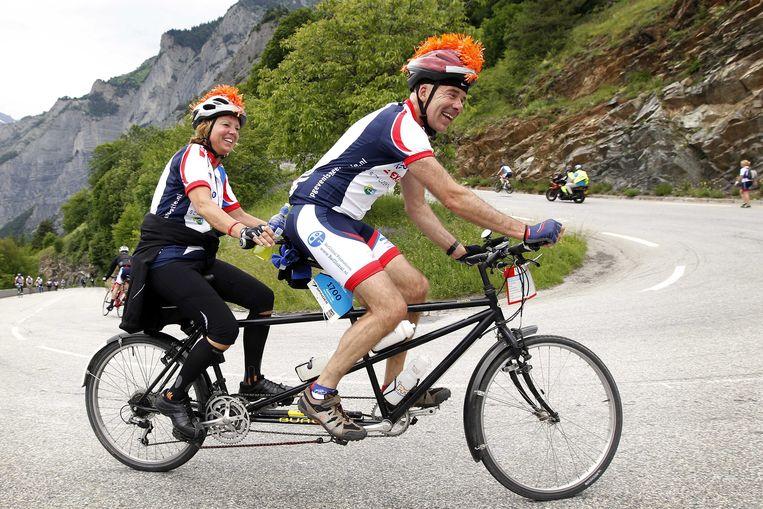 Fietsers beklimmen de Alpe d'Huez  voor KWF Kankerbestrijding.  Beeld ANP
