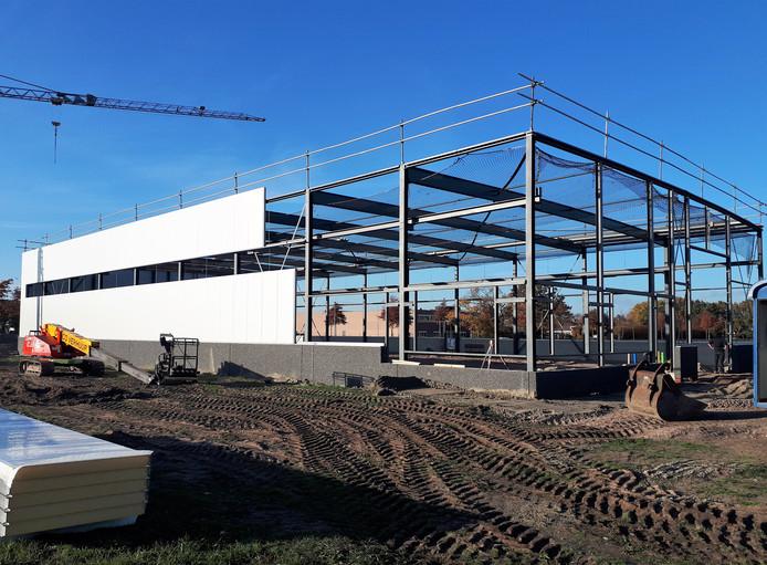 De laatste platen aan de buitenkant voor de nieuwbouw voor machinebouw Vissenberg gaan er na twee weken al bijna op in  Roosendaal.