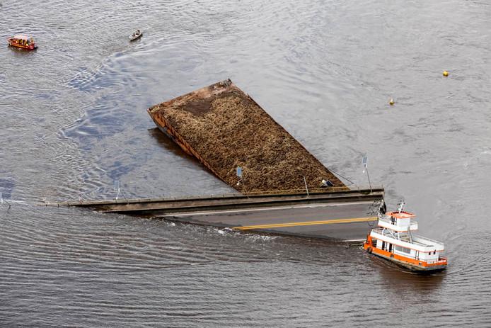 Door de botsing stortte een deel van de brug in.