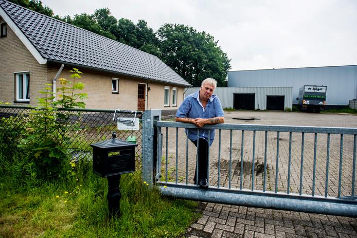 Willy Brands uit Vlijmen bij de woning Nassau Dwarsstraat 1a in Vlijmen.