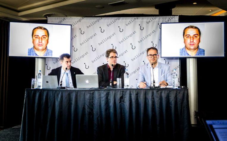Eliot Higgins (midden) van Bellincat vertelt in een persconferentie over een potentiële nieuwe hoofdverdachte in de MH17-zaak: Oleg Ivannikov Beeld EPA