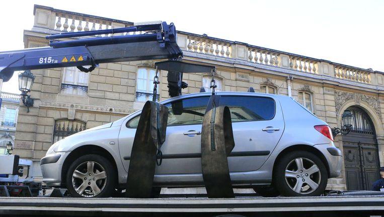 De auto van de theaterdirecteur wordt weggesleept Beeld ap