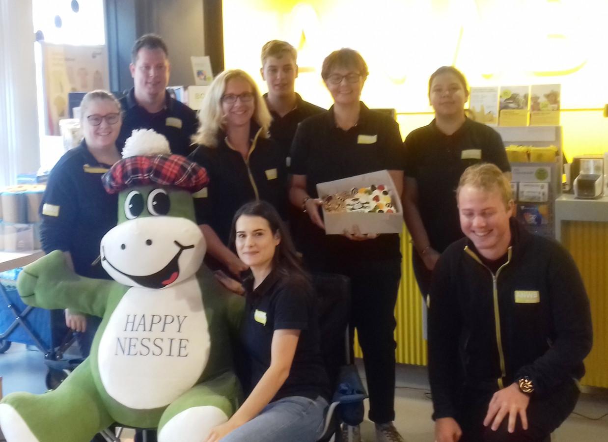 Het team van de ANWB-winkel in Deventer is  in het zonnetje gezet met de Nessie, de ANWB-wisseltrofee voor vestigingen die hun klanttevredenheidsscore sterk verbeterd hebben.