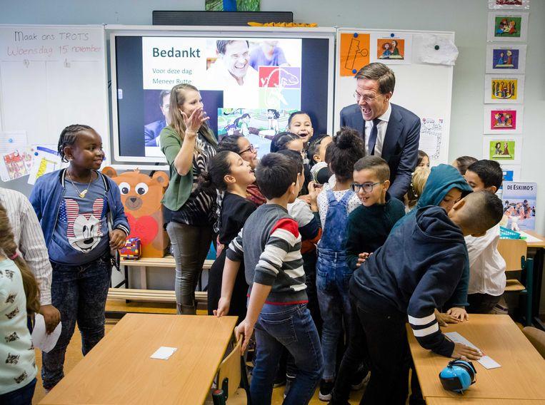 Minister-president Mark Rutte woont een les burgerschapsonderwijs bij op Openbare Basisschool De Kameleon. Beeld ANP