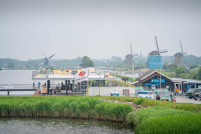 De contouren van het bezoekerscentrum in Kinderdijk worden duidelijk.