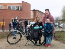 Ren-je-rotmoeder Wendy mist de schooltaxi in Arnhem, nu fietst ze zich het apezuur