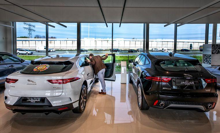 De elektrische Jaguar I Pace (links in het wit) bij een dealer. Beeld Raymond Rutting / de Volkskrant