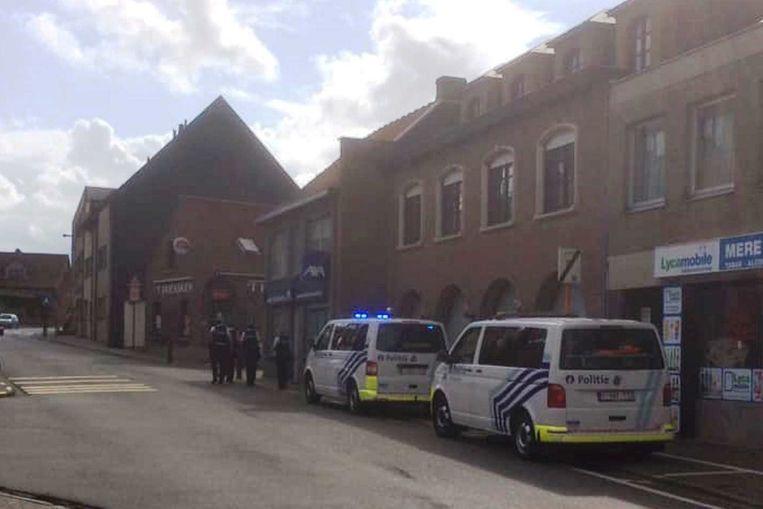 Verschillende politieploegen arriveerden in de Steenstraat.