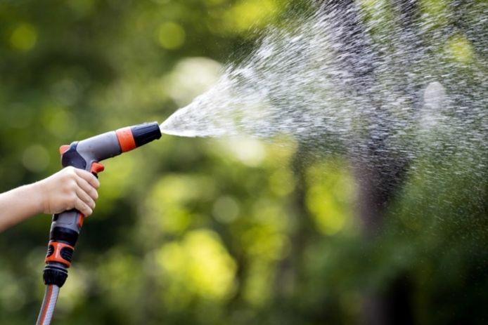 Het sproeien van de tuin kan straks mogelijk een boete opleveren.
