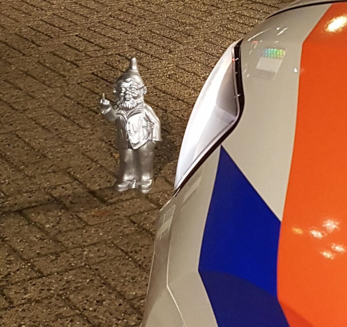 De kabouter stond voor het hek van de binnenplaats van het politiebureau in Veenendaal.