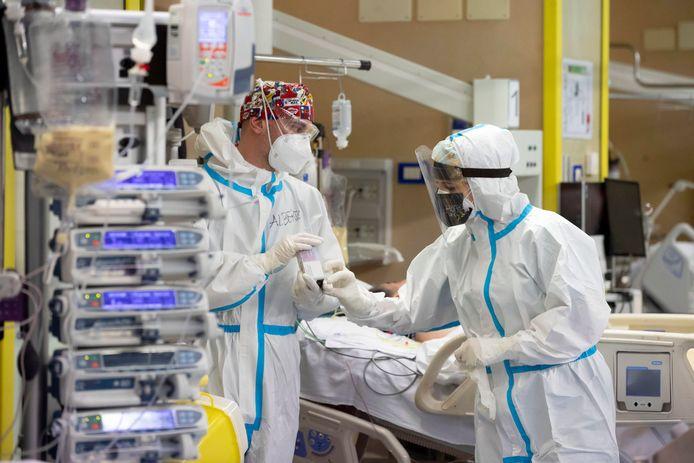 Zorgmedewerkers aan het werk op de Covid-afdeling in het Umberto-ziekenhuis in Rome.