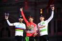 Primoz Roglic met Alejandro Valverde en Tadej Pogacar op het eindpodium in de Vuelta.