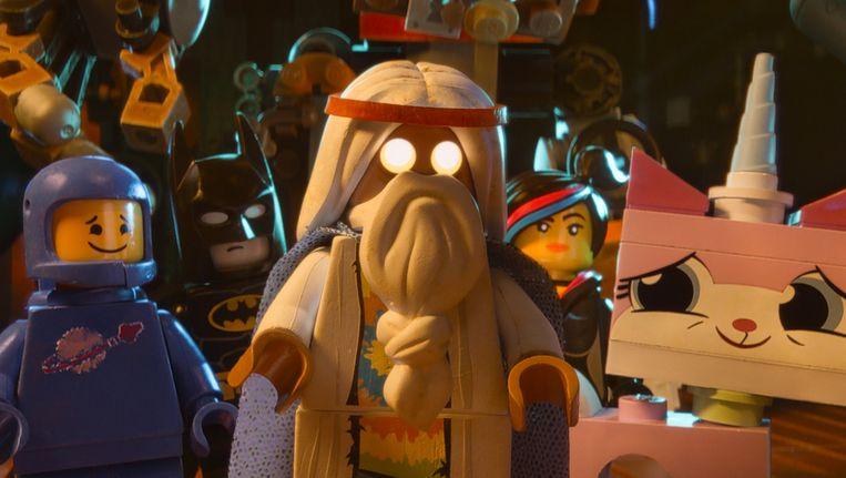 Scène uit The Lego Movie met Batman (tweede van links) en tovenaar Vitruvius (midden). Beeld null