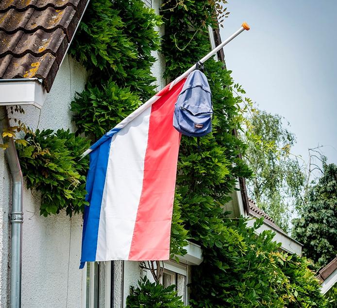 Bij het ouderlijk huis van Niels van der Stelt hangt de vlag met boekentas nog steeds halfstok na het fatale ongeval een jaar geleden.
