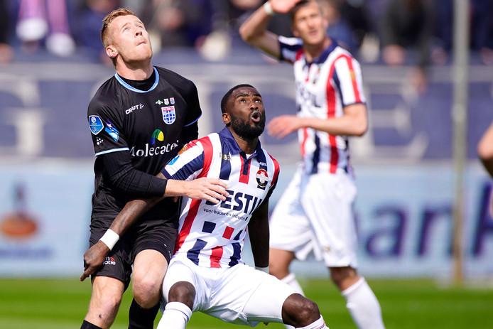 Mike van Duinen duelleert met Fernando Lewis van Willem II.