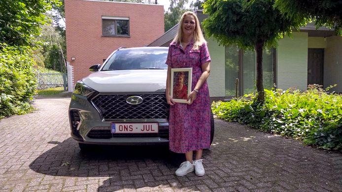 De nummerplaat ONS JUL, die Sarah kreeg van haar mama, is een eerbetoon aan haar dochter.