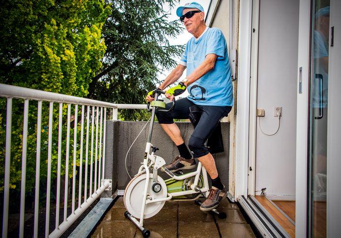 Jon van Mourik fietst iedere dag een uur op zijn hometrainer om geld op te halen voor coronahulp van het Rode Kruis.