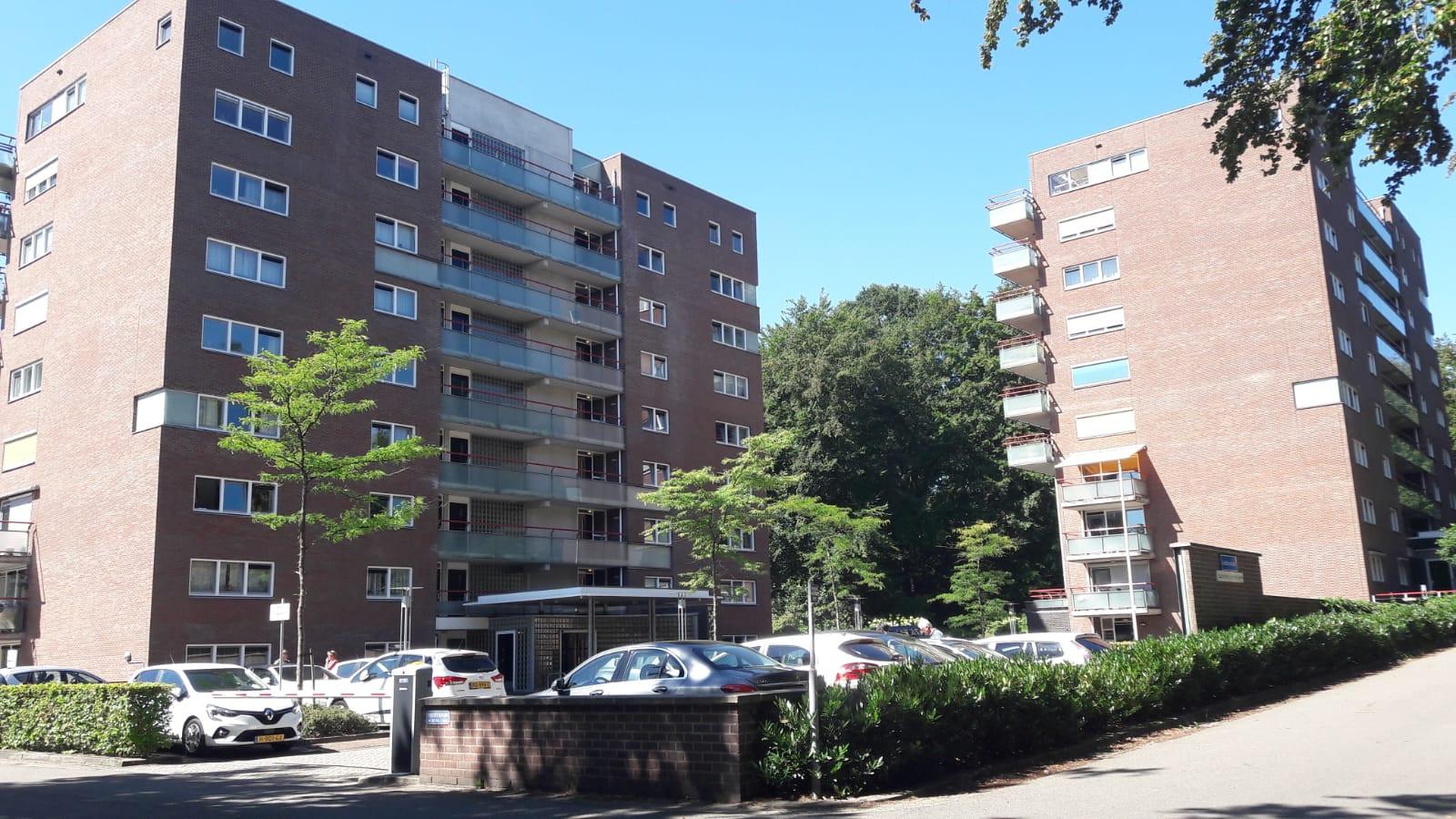 De appartementen aan de Jachthoornlaan in Arnhem: zes dagen lang verstoken van tv, internet en vaste telefoon nadat inbrekers verderop in een slooppand van Het Dorp de kabels van Ziggo vernielden.