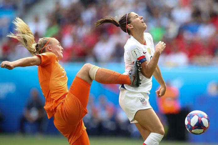 Het fatale moment voor Oranje: Stefanie van der Gragt raakt Alex Morgan en krijgt een penalty tegen.