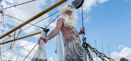 Mosselkotters blijven Neptunus uit de Oosterschelde takelen tijdens de Havendagen in Zierikzee