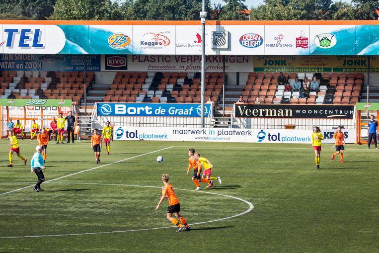 Het veld van RKAV Volendam, waar het systeem van VoetbalTV werd getest met camera's aan de paal voor de tribune. Beeld null