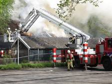Woonboerderij met rieten kap verwoest door brand