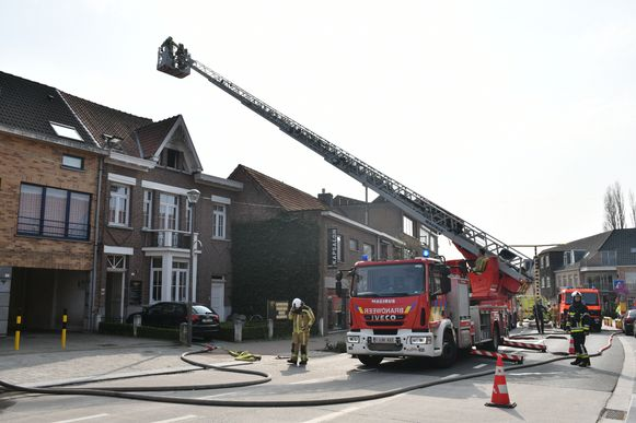De brand woedde op de bovenste verdieping van de woning. De brandweer kreeg het vuur snel onder controle.
