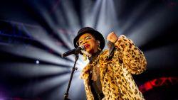 Lauryn Hill laat publiek twee uur op zich wachten in Vorst, geeft er na drie kwartier de brui aan om dan een hele tijd later toch terug te keren