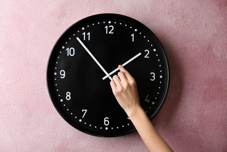 Zaterdagnacht om 2 uur draaien we de klok één uur vooruit, waardoor we iets minder lang kunnen slapen.