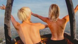 Qmusic-dj Heidi Van Tielen en luisteraarster Davina kruipen topless in luchtballon