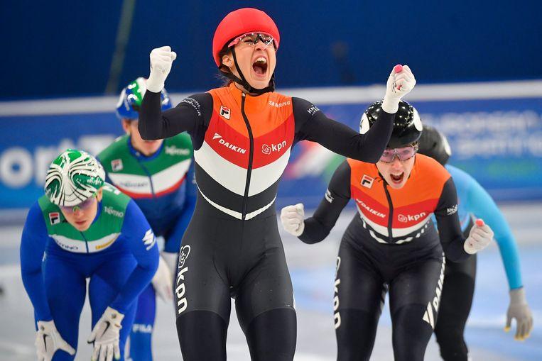 Suzanne Schulting blij na haar winst op de 1.000 meter. Beeld AP