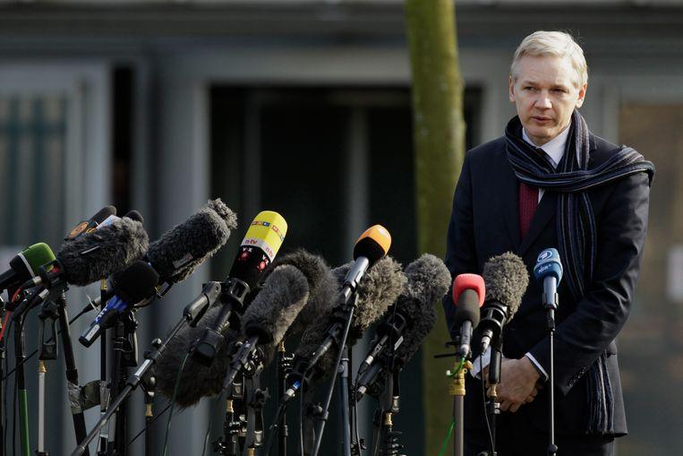Julian Assange, oprichter van WikiLeaks, spreekt in 2011 de media toe na zijn hoorzitting in Londen.  Beeld AP
