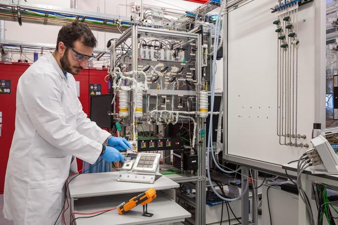 Een proefopstelling bij Differ in Eindhoven van speciale zonnecellen die waterstofgas produceren uit water in de lucht.