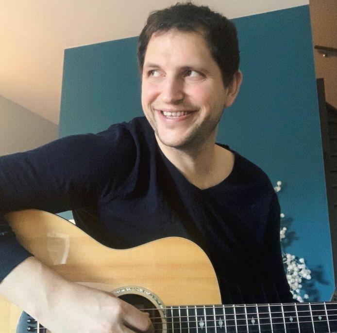 Schepen Vande Reyde, zelf gitarist, stuurt iedereen die dat wil een aangevraagd liedje als hart onder de riem in coronatijden.
