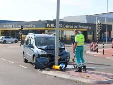 Oudere man onwel achter het stuur en crasht tegen lantaarnpaal