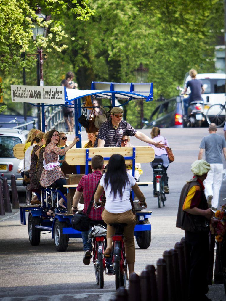 De biertaxi met drinkende, lawaaierige toeristen vormt een grote bron ergernis onder Amsterdammers. Beeld Freek van den Bergh