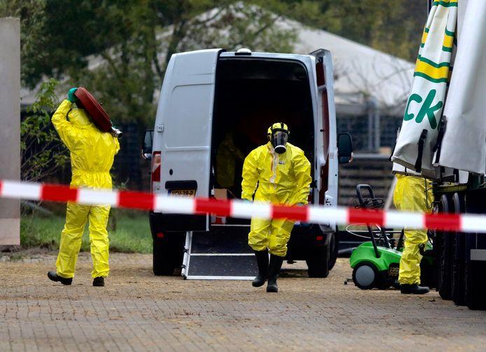 Mannen in gele verdelgingspakken aan het werk op het erf van het besmette pluimveebedrijf in Terwolde. Zover komt het niet bij omliggende bedrijven.Hier heerst geen onderzoek, blijkt uit onderzoek van de NVWA.