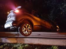 Auto vliegt bij Borne uit de bocht over vangrail, bestuurder ongedeerd