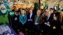 CDA-voorzitter Rutger Ploum (in het blauwe pak) komt de leden tegemoet: hij omarmt het onderzoek naar een hogere rekenrente. Ook oud-partijleider Elco Brinkman riep daar eerder al toe op.