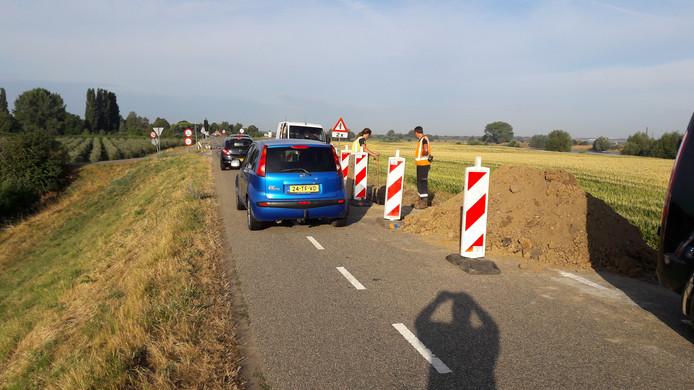 Bij de kabelbreuk is maar één weghelft beschikbaar en wordt het verkeer met verkeerslichten geregeld.