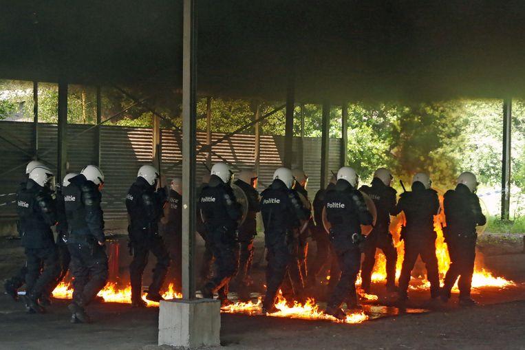 De agenten trotseerden het vuur en molotovcocktails.