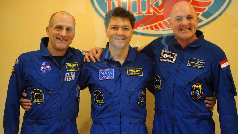 Klaar voor vertrek. Van links naar rechts de Amerikaanse astronaut Donald Pettit, de Russische cosmonaut Oleg Kononenko en astronaut Andre Kuipers. © ANP Beeld