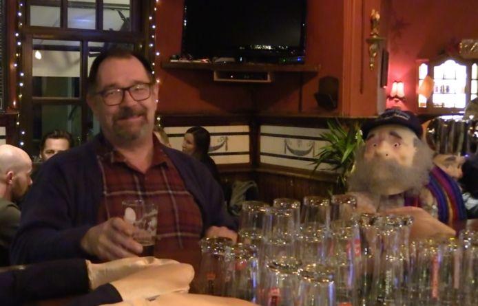 Poppen aan de bar bij café 't Rozenknopje in Eindhoven.
