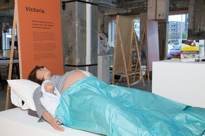 Bevalrobot Victoria is met haar baby tijdens de Dutch Design Week in Eindhoven te zien bij ontwerpbureau Van Berlo in de voormalige energiecentrale van Philips op Strijp T aan de Zwaanstraat.
