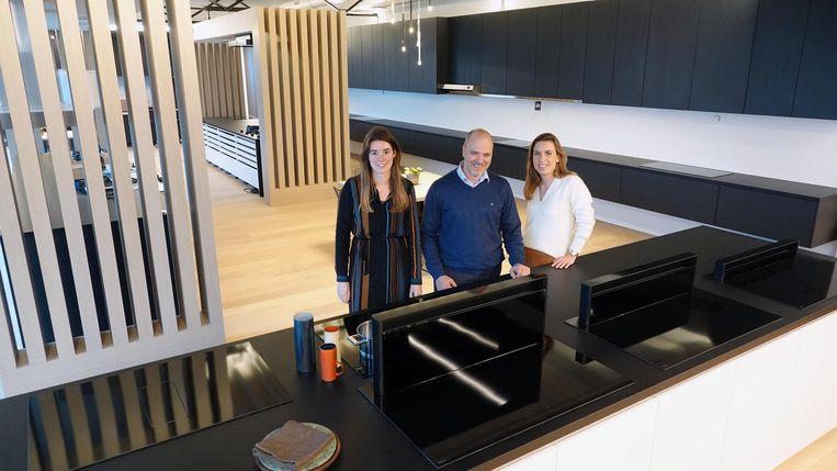 Olivier Lambert tussen Julie Cottyn en Jantien Vanderbeke, medewerkers van Novy.