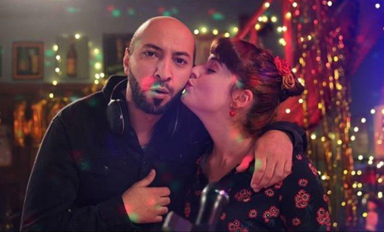 Adil (Nawfel Bardad-Daidj) voelt wel een klik met Frederieke (Eva Vanduren) in 'Thuis'. Maar of dat wederzijds is?